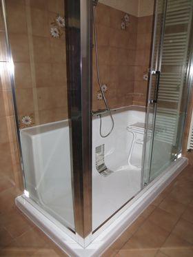 Espace douche accessible et sécurisé Crillon le Brave