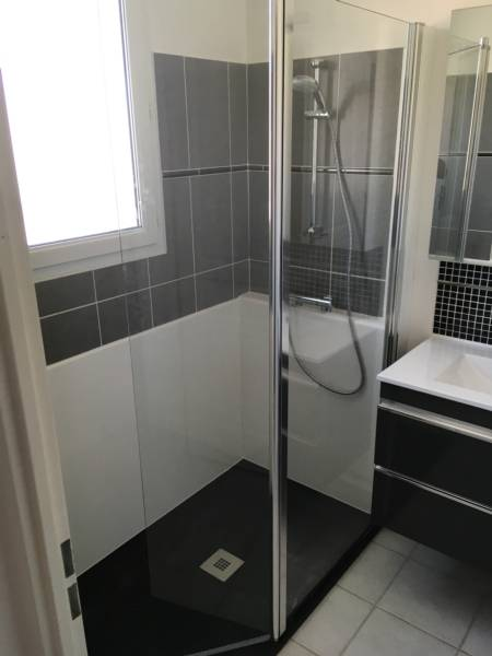 monteux remplacer une baignoire par une douche 84170. Black Bedroom Furniture Sets. Home Design Ideas